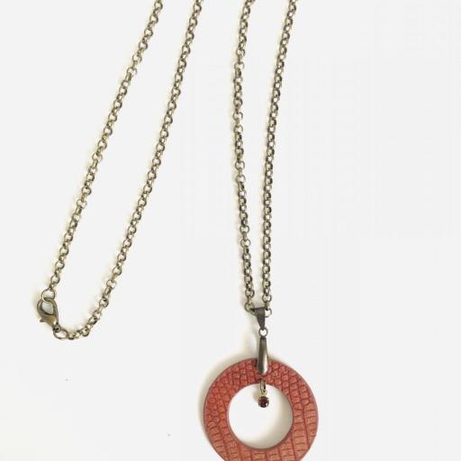 Collar  redondo de piel anaranjada, cristal Swarovski y resina [3]