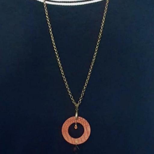Collar  redondo de piel anaranjada, cristal Swarovski y resina [1]