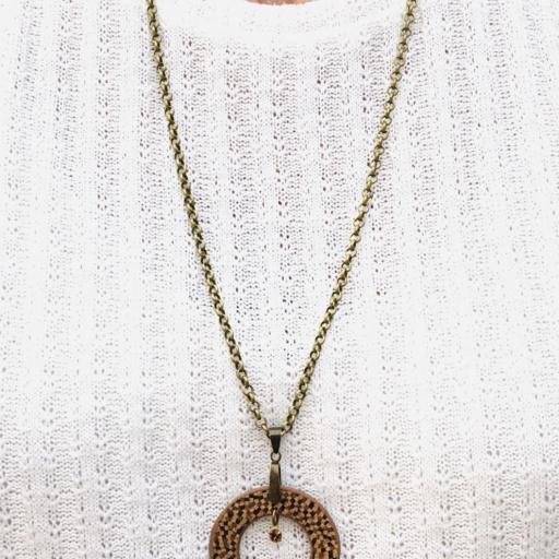 Collar redondo  de corcho en tonos marrones, cristal Swarovski y resina [1]