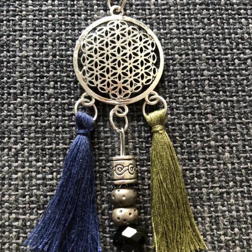 Collar geométrico calado con borla azul marino y verde oliva