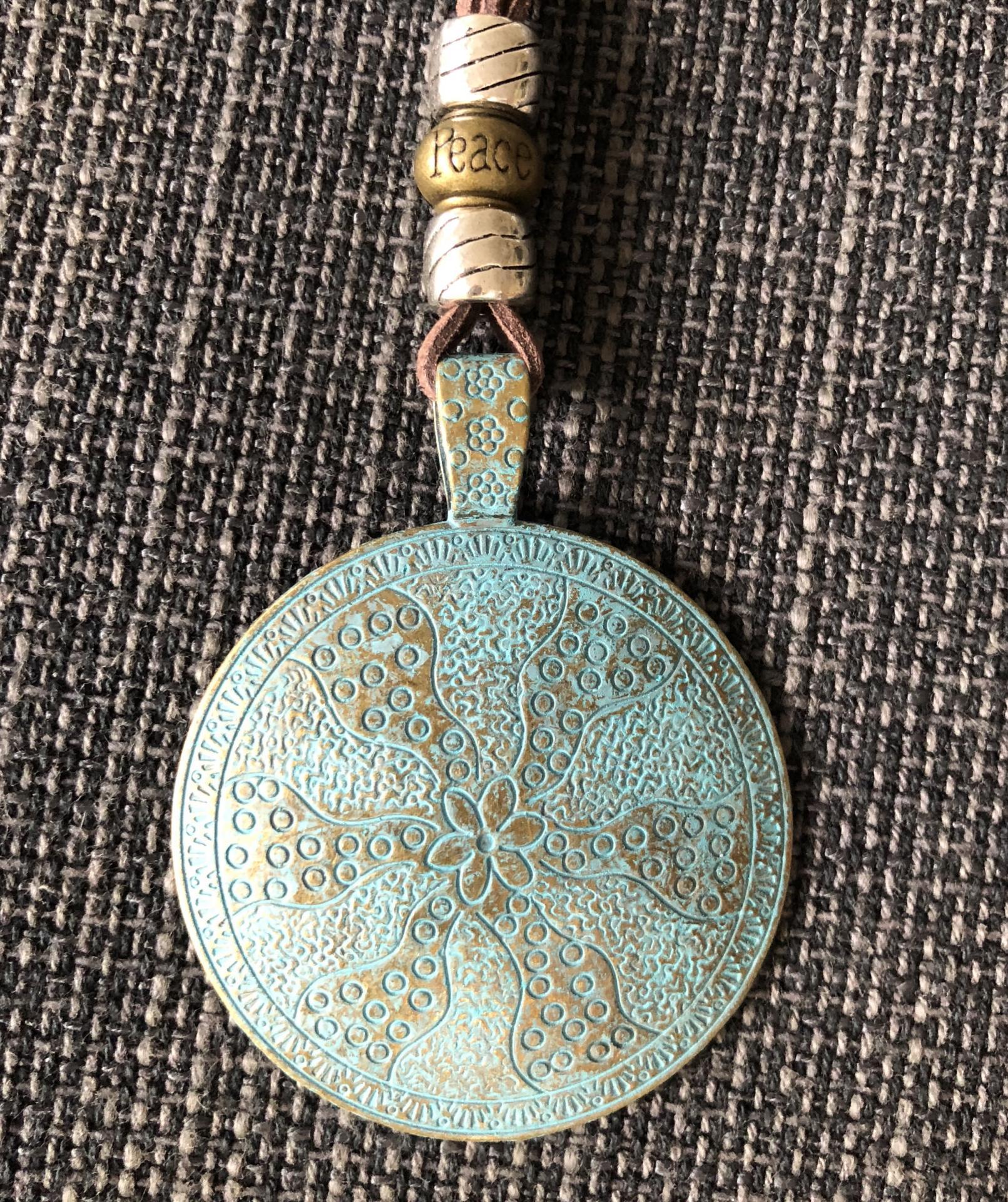 Collar con medallón grabado y oxidado