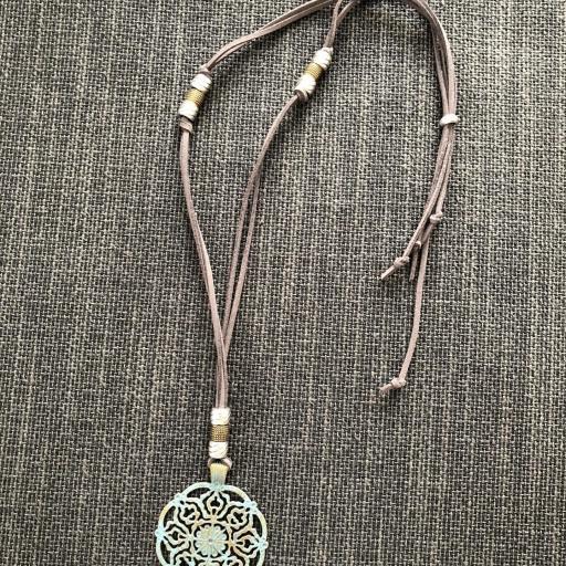 Collar con medallón calado en forma de flor [2]