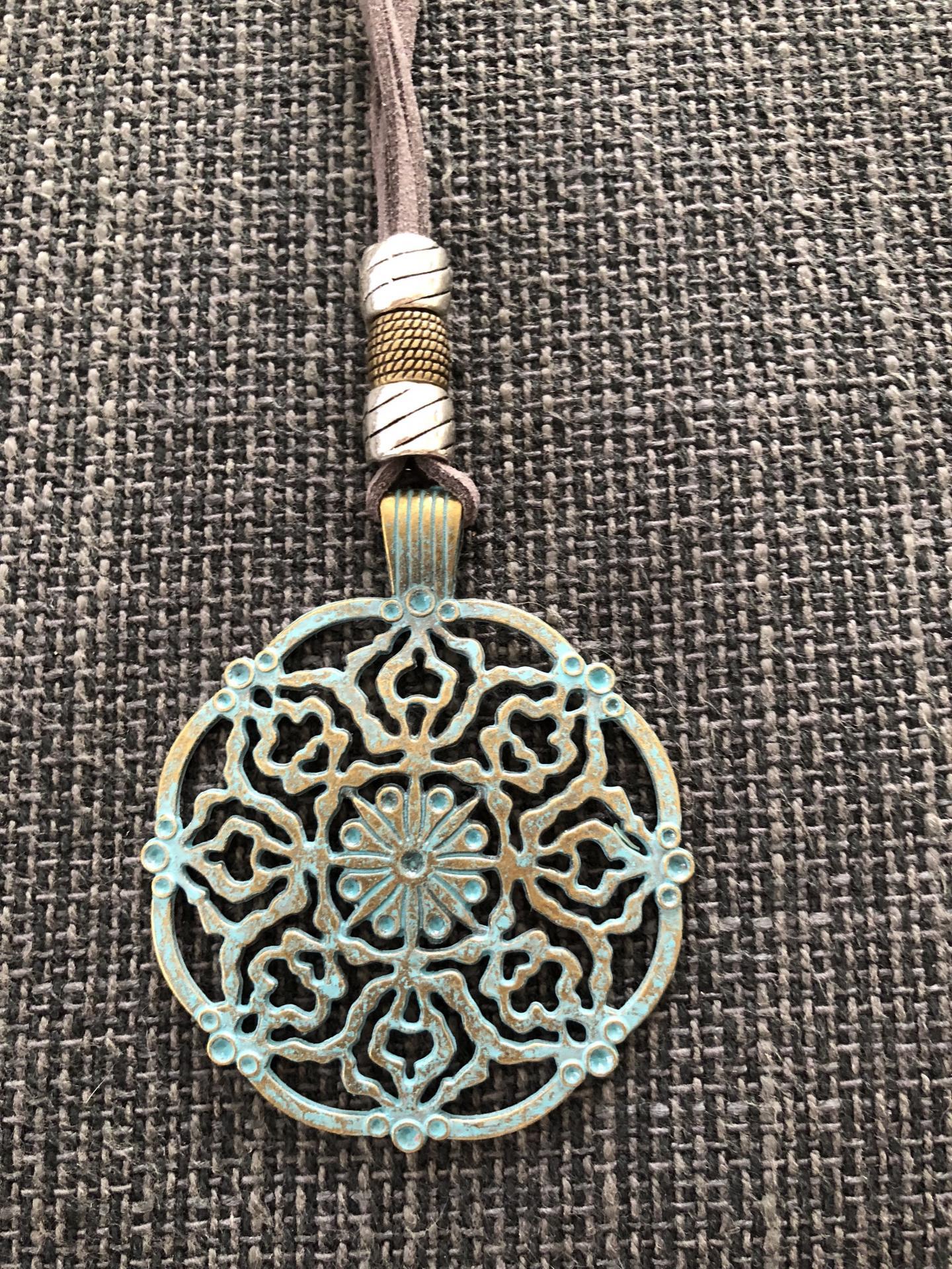 Collar con medallón calado en forma de flor