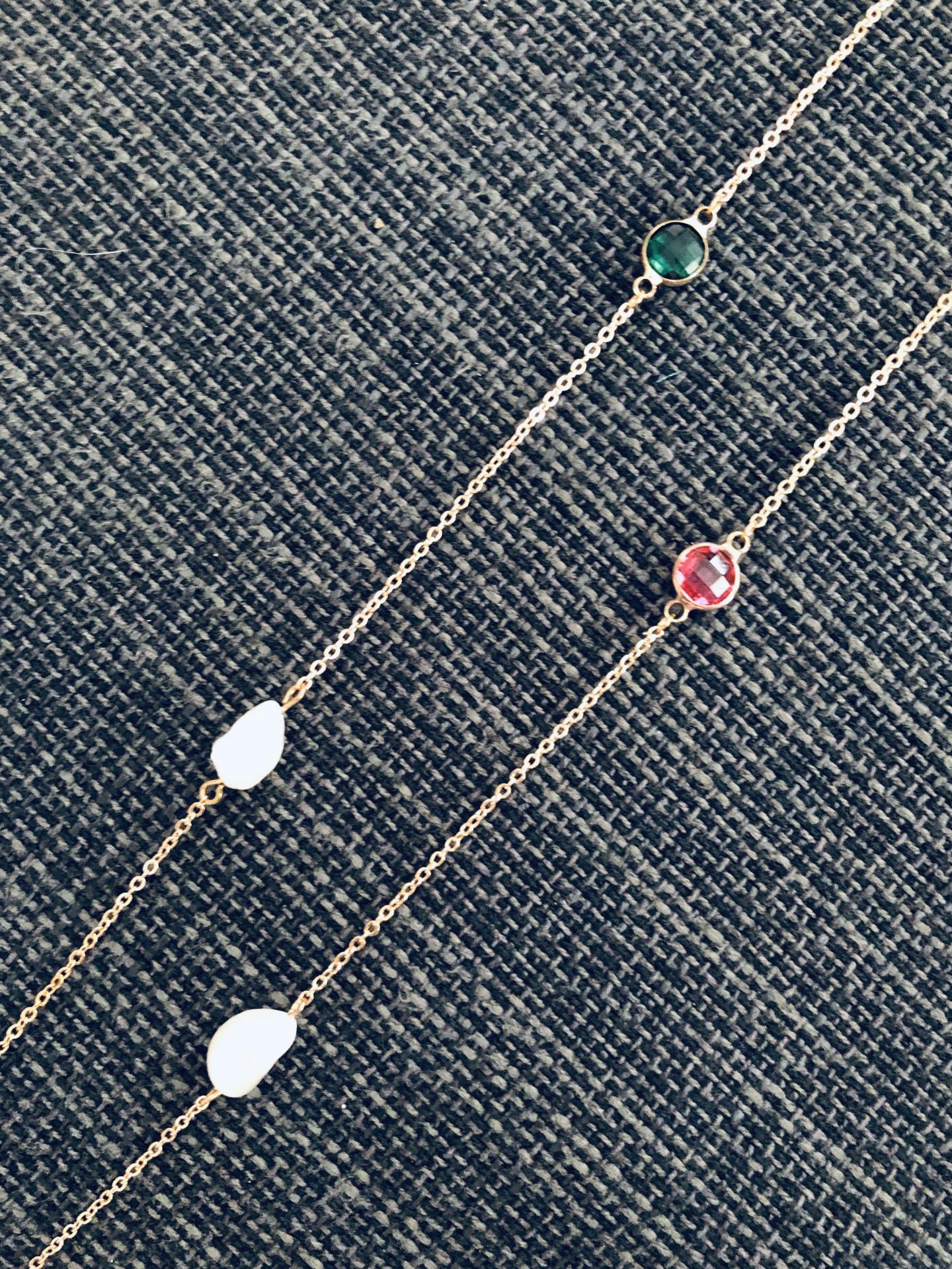 Collar plateado con cristales fucsia y verde