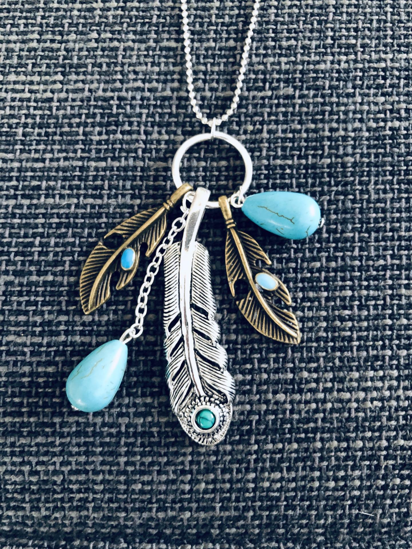 Collar de plumas y turquesas