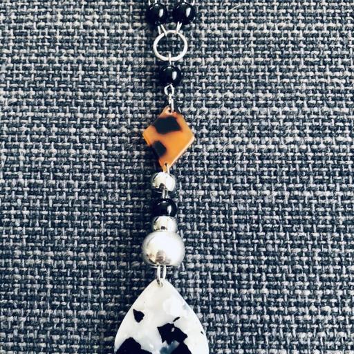 Collar animal print gota ocre y negra con bolas plateadas