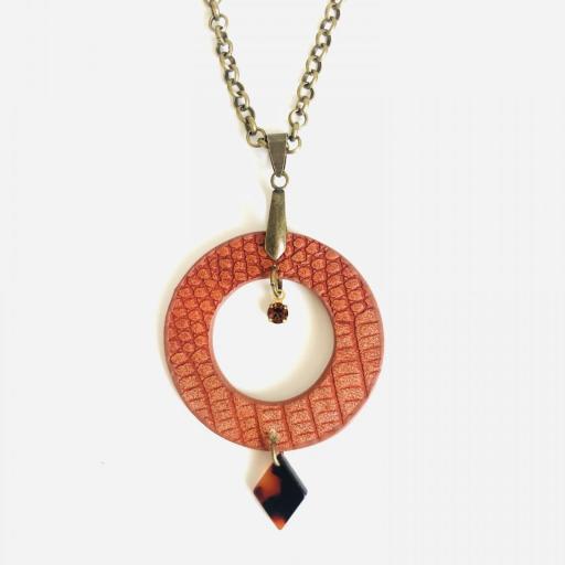 Collar  redondo de piel anaranjada, cristal Swarovski y resina