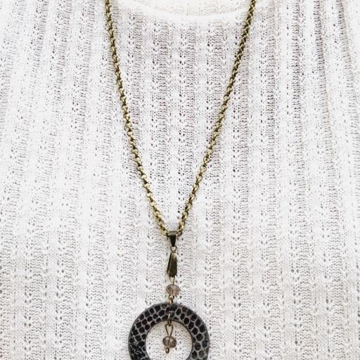 Collar redondo de  piel animal print negra y gris y cristal checo  [1]