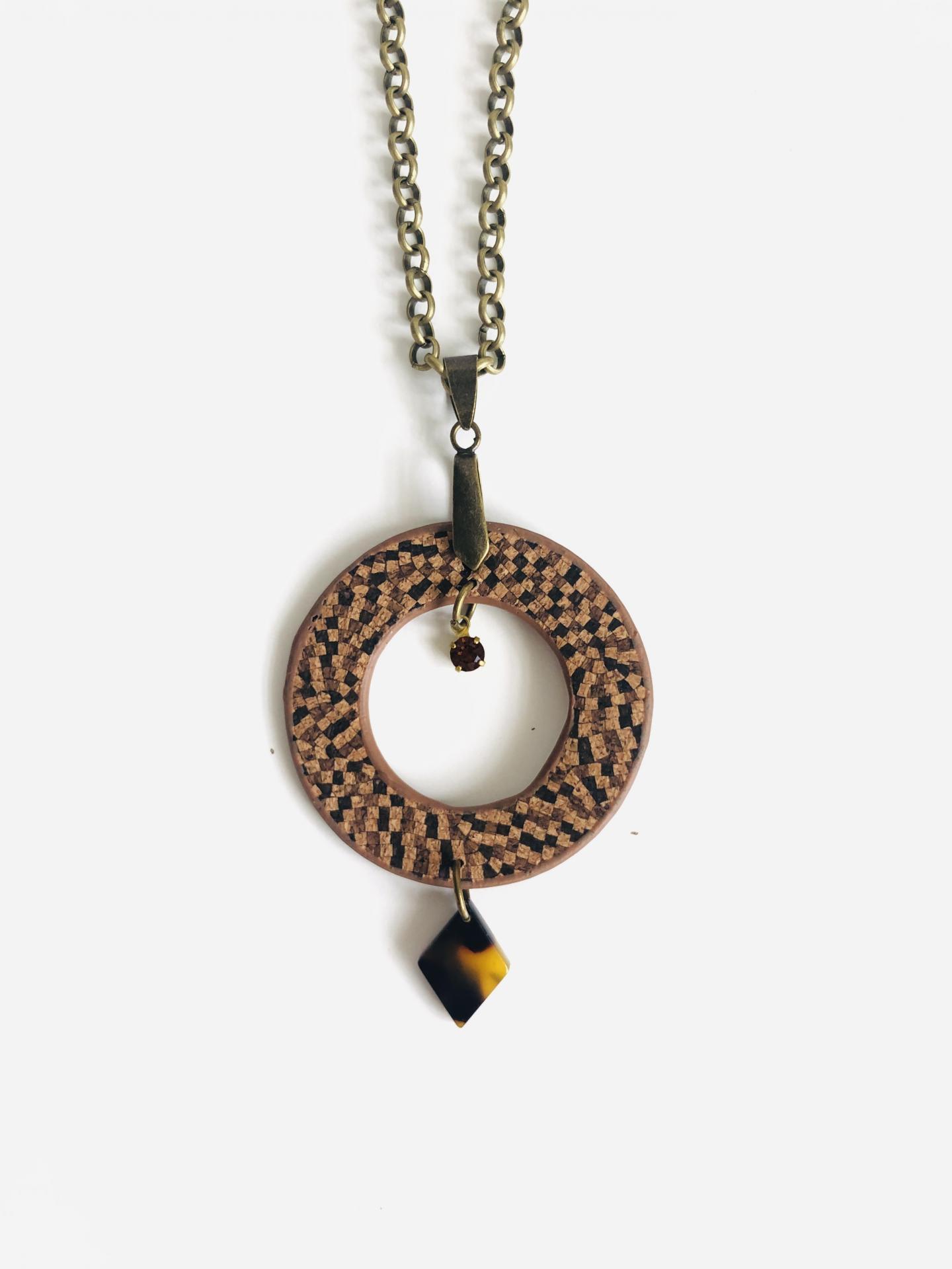 Collar redondo  de corcho en tonos marrones, cristal Swarovski y resina