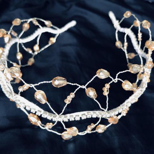Diadema plateada estilo barroco con circonitas y cristales color visón [3]