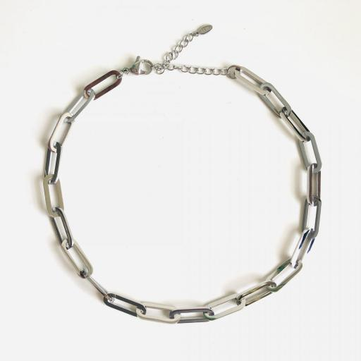 Gargantilla o cadena de acero con eslabones plateados