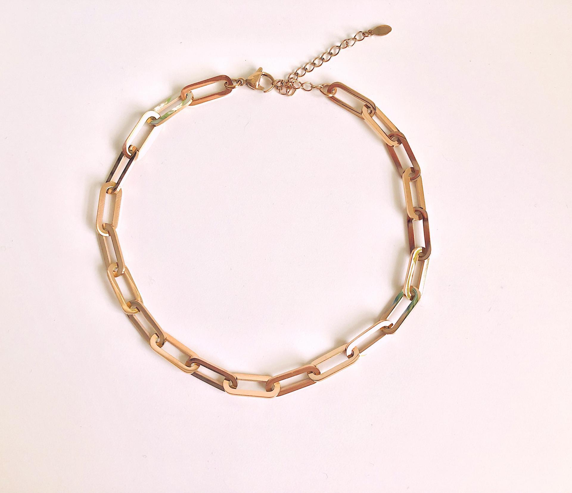 Gargantilla o cadena de acero con eslabones rosados