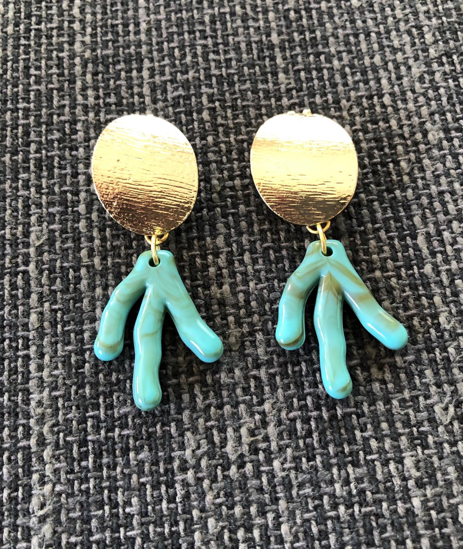 Pendientes con forma de coral en  acero dorado y  resina verde
