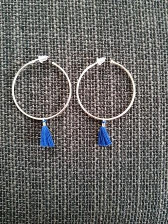 Aros plateados con borla azul