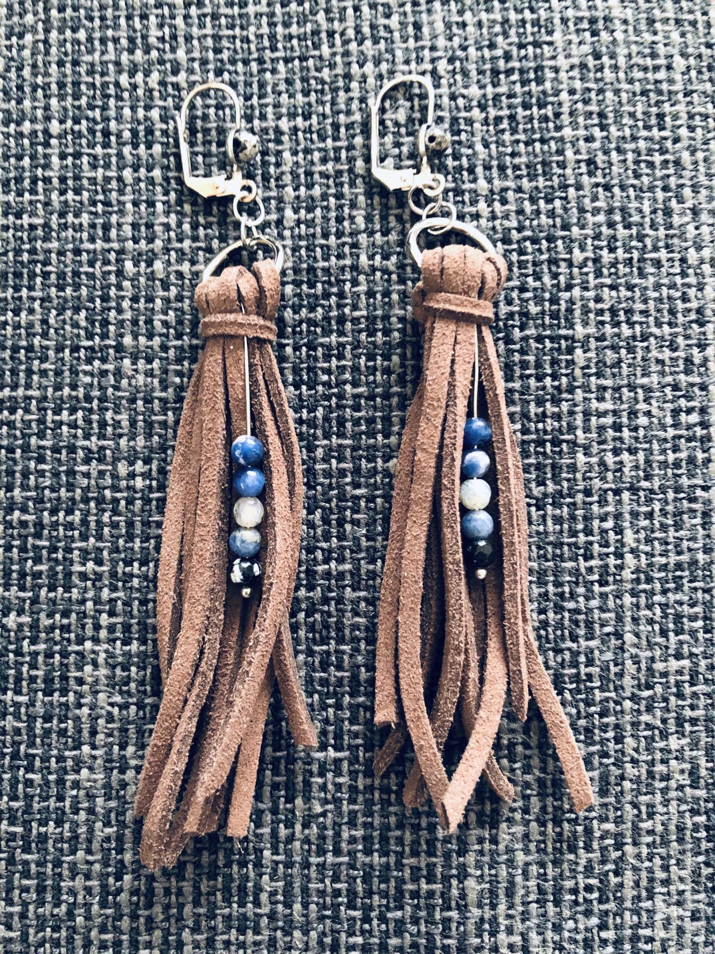 Pendientes de antelina color chocolate y piedra natural azul