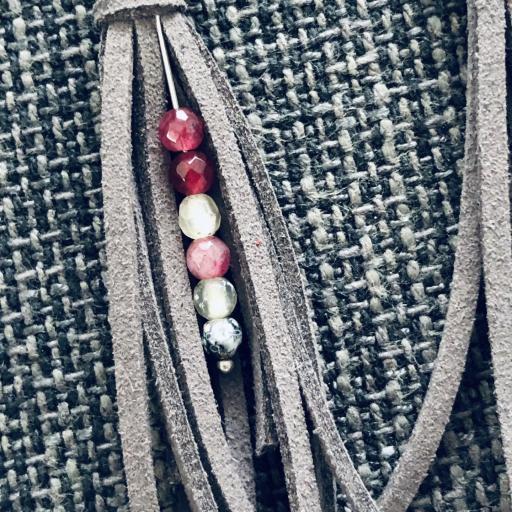 Pendientes de antelina color gris y piedra natural granate [1]