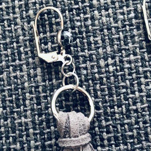Pendientes de antelina color gris y piedra natural granate [2]