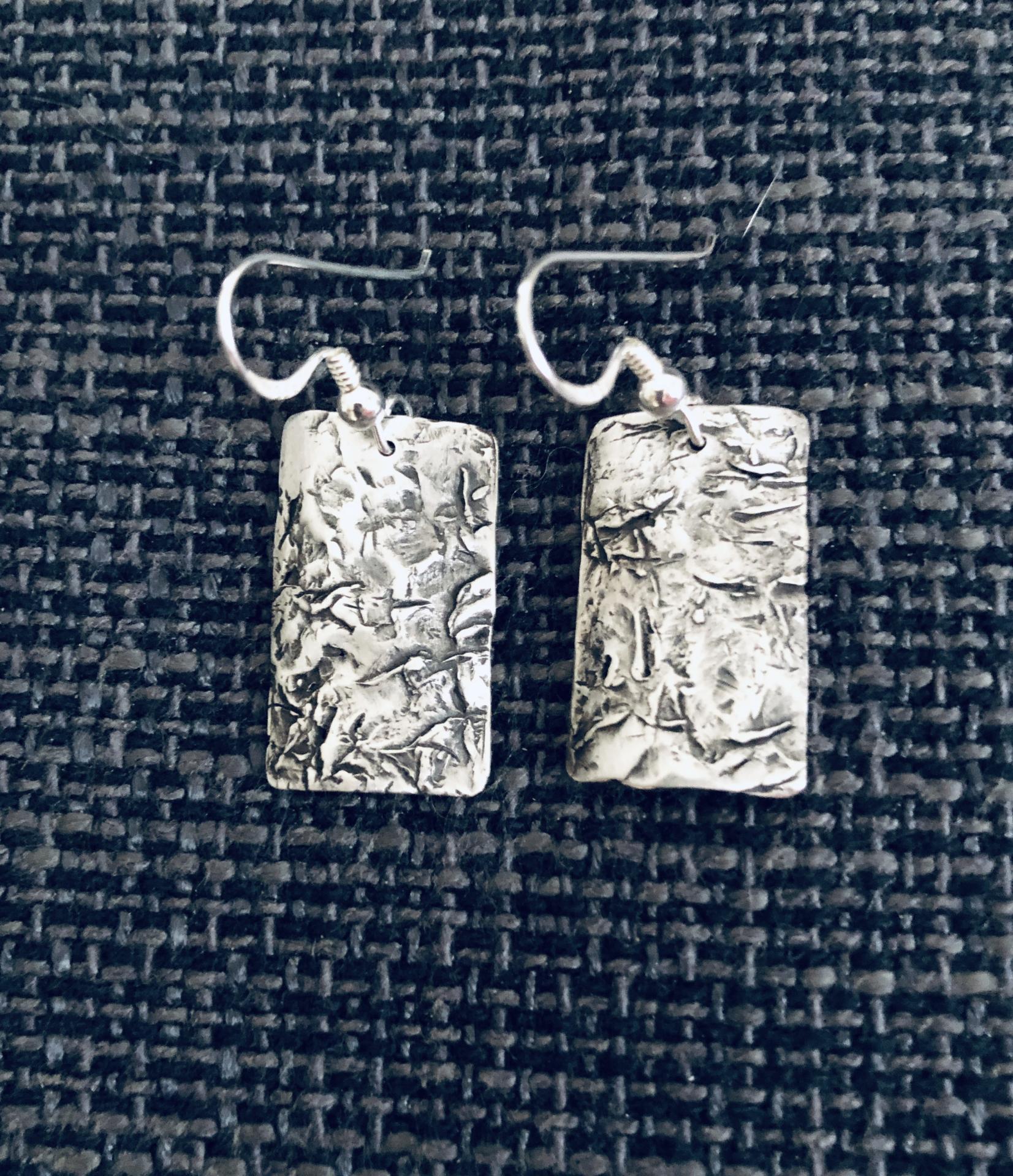 Pendientes texturados de plata mate y pátina negra