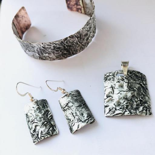 Pulsera de plata con pátina negra ,texturas y cobre [3]