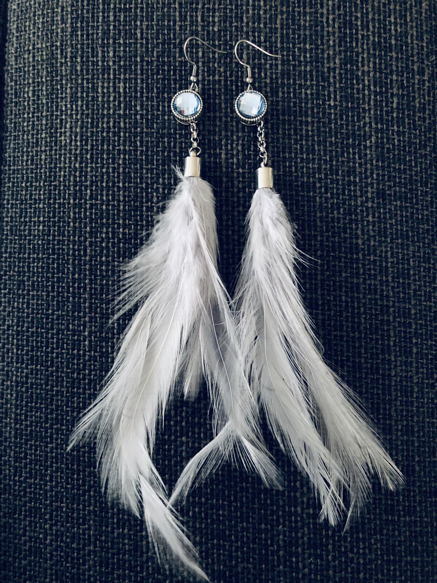 Pendientes con pluma natural gris y piedra azul claro