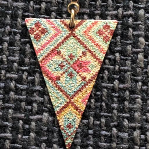 Pendientes esmaltados triangulares largos en color dorado [1]