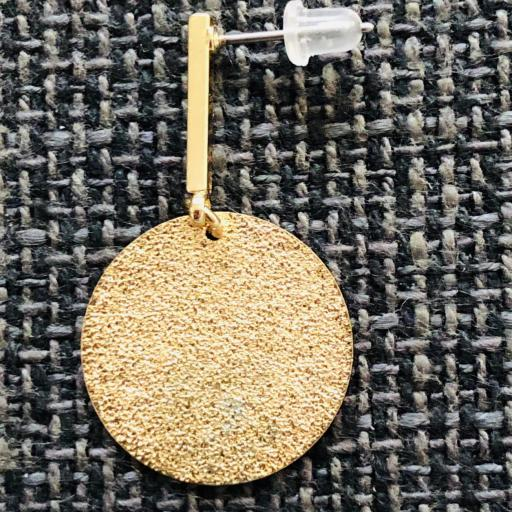 Pendientes esmaltados circulares largos en color dorado [1]