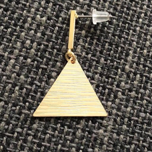 Pendientes esmaltados triangulares regulares en color dorado [1]