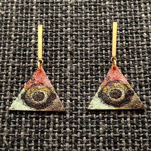 Pendientes esmaltados triangulares regulares en color dorado