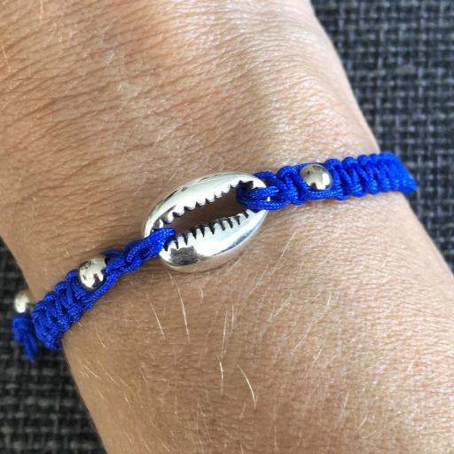 Pulsera de macramé  azul con caurí plateado [2]