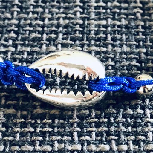 Pulsera de macramé  azul con caurí plateado [1]