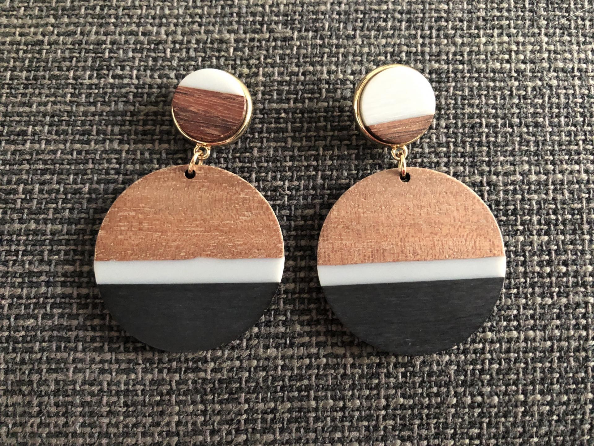 Pendientes redondos de madera en tonos negro, gris y color madera