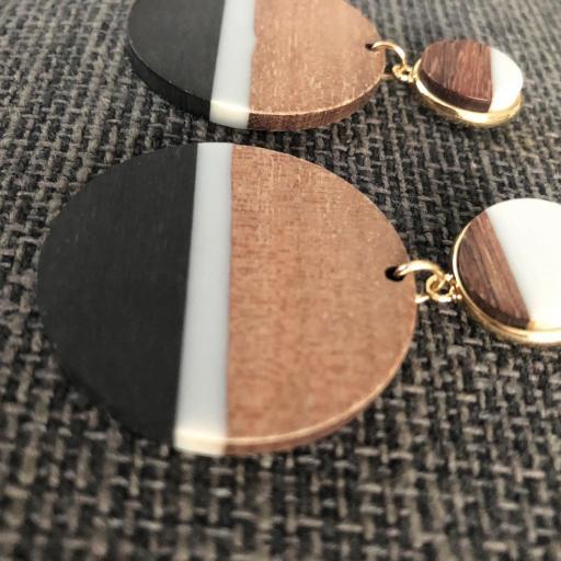 Pendientes redondos de madera en tonos negro, gris y color madera [1]