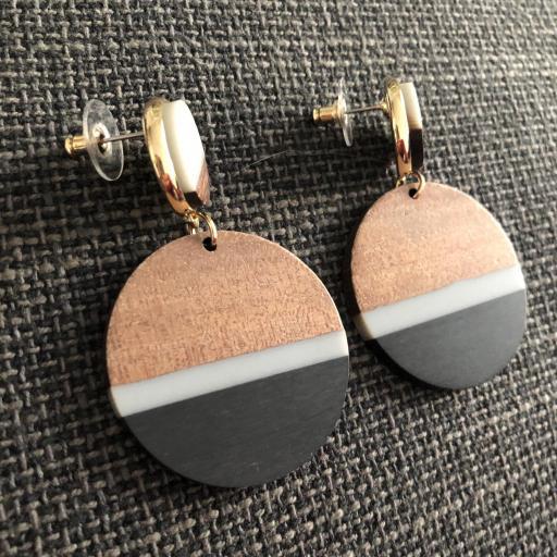 Pendientes redondos de madera en tonos negro, gris y color madera [2]