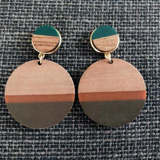 Pendientes redondos de madera en tonos verde, marrón y color madera