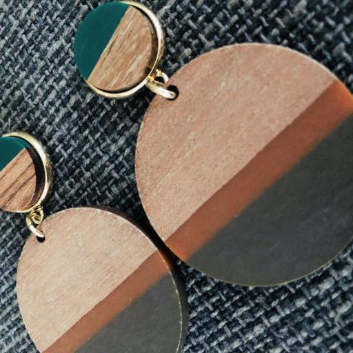 Pendientes redondos de madera en tonos verde, marrón y color madera [2]