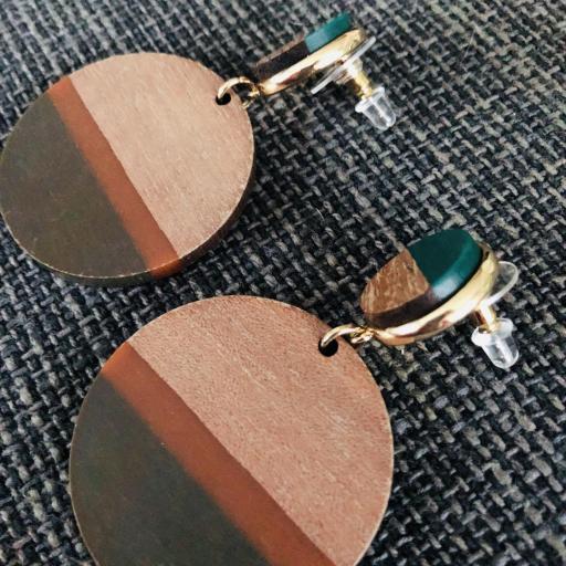 Pendientes redondos de madera en tonos verde, marrón y color madera [1]