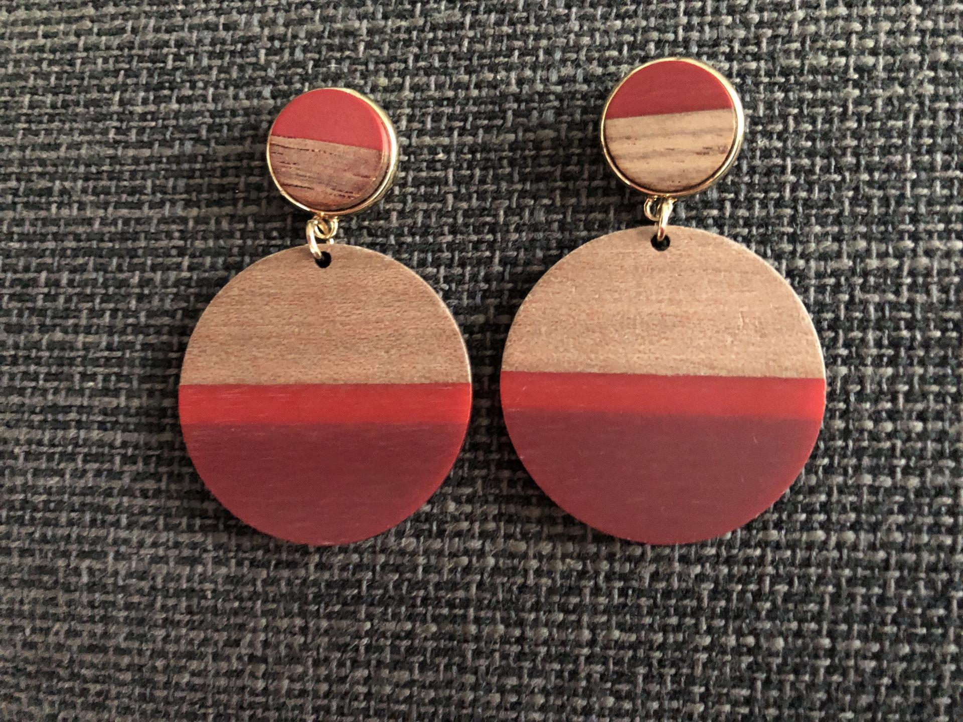 Pendientes redondos de madera en tonos granate, rojo y color madera