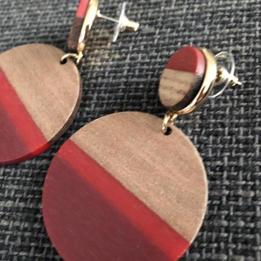 Pendientes redondos de madera en tonos granate, rojo y color madera [1]