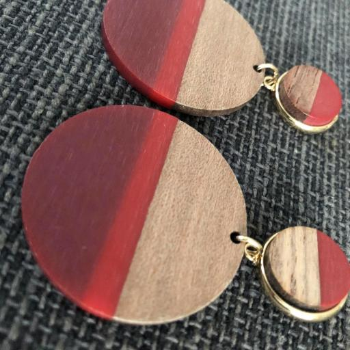 Pendientes redondos de madera en tonos granate, rojo y color madera [2]