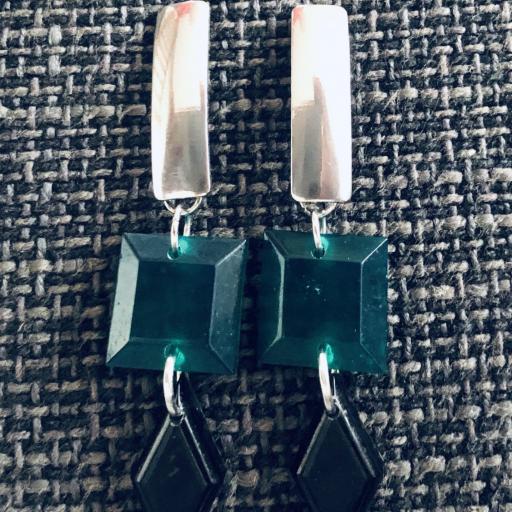 Pendientes geométricos rectangulares con piezas de resina en color verde y negro
