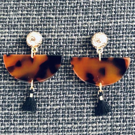 Pendientes medio círculo de resina en color anaranjado y negro