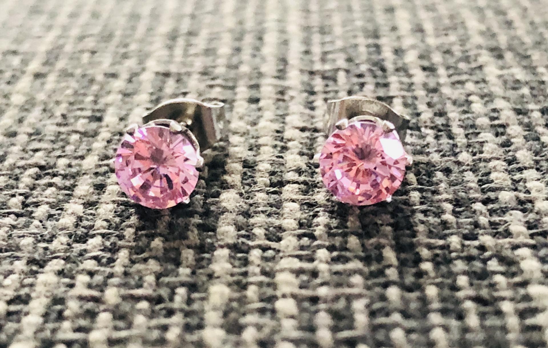 Pendientes de botón con cristal rosa engarzado