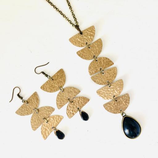 Collar geométrico en aluminio texturado, color oro viejo y resina negra [3]