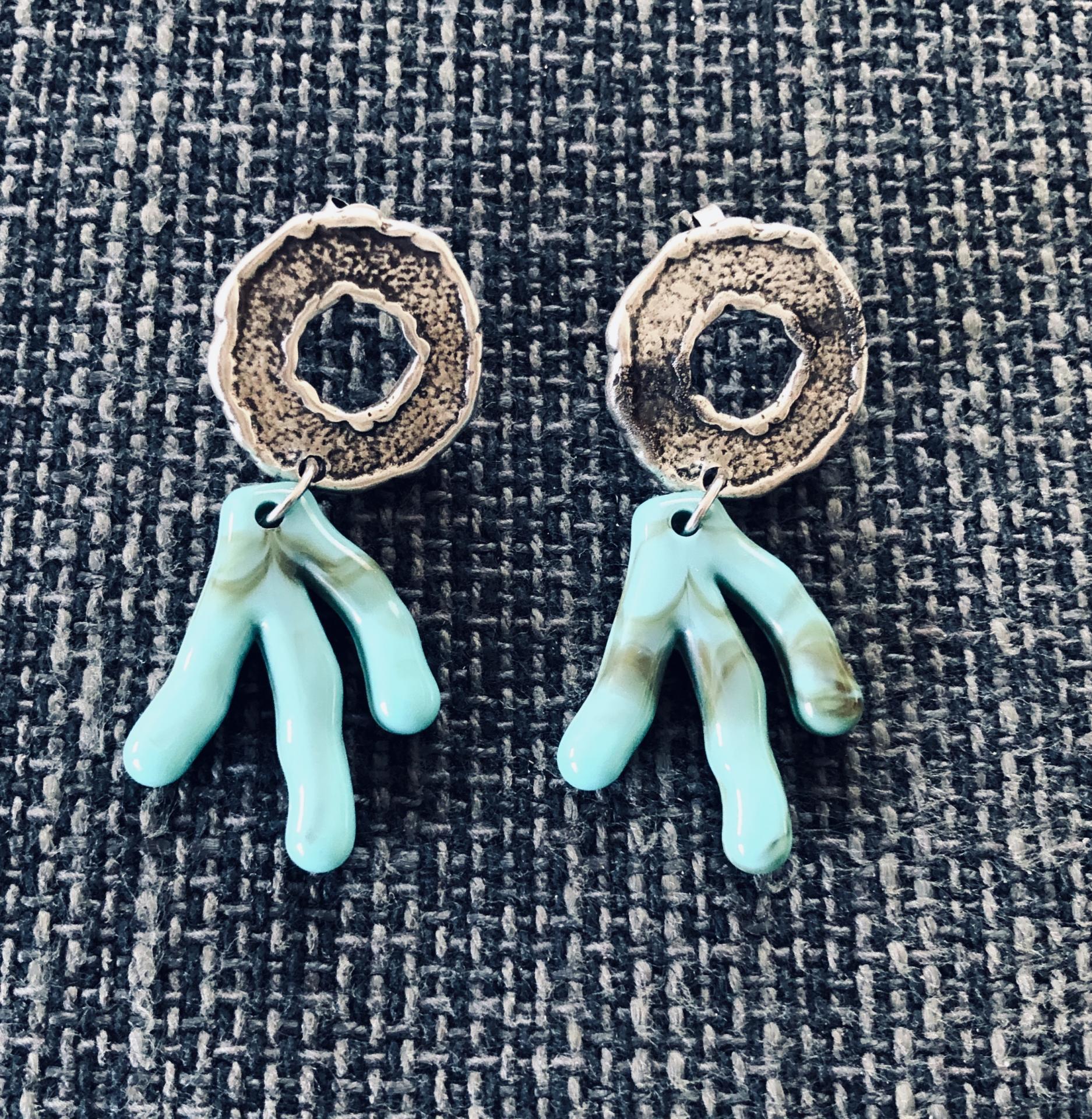 Pendientes con forma de coral en acero plata envejecida  y resina verde