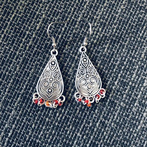 Pendientes plateados con forma de gota y abalorios rojos
