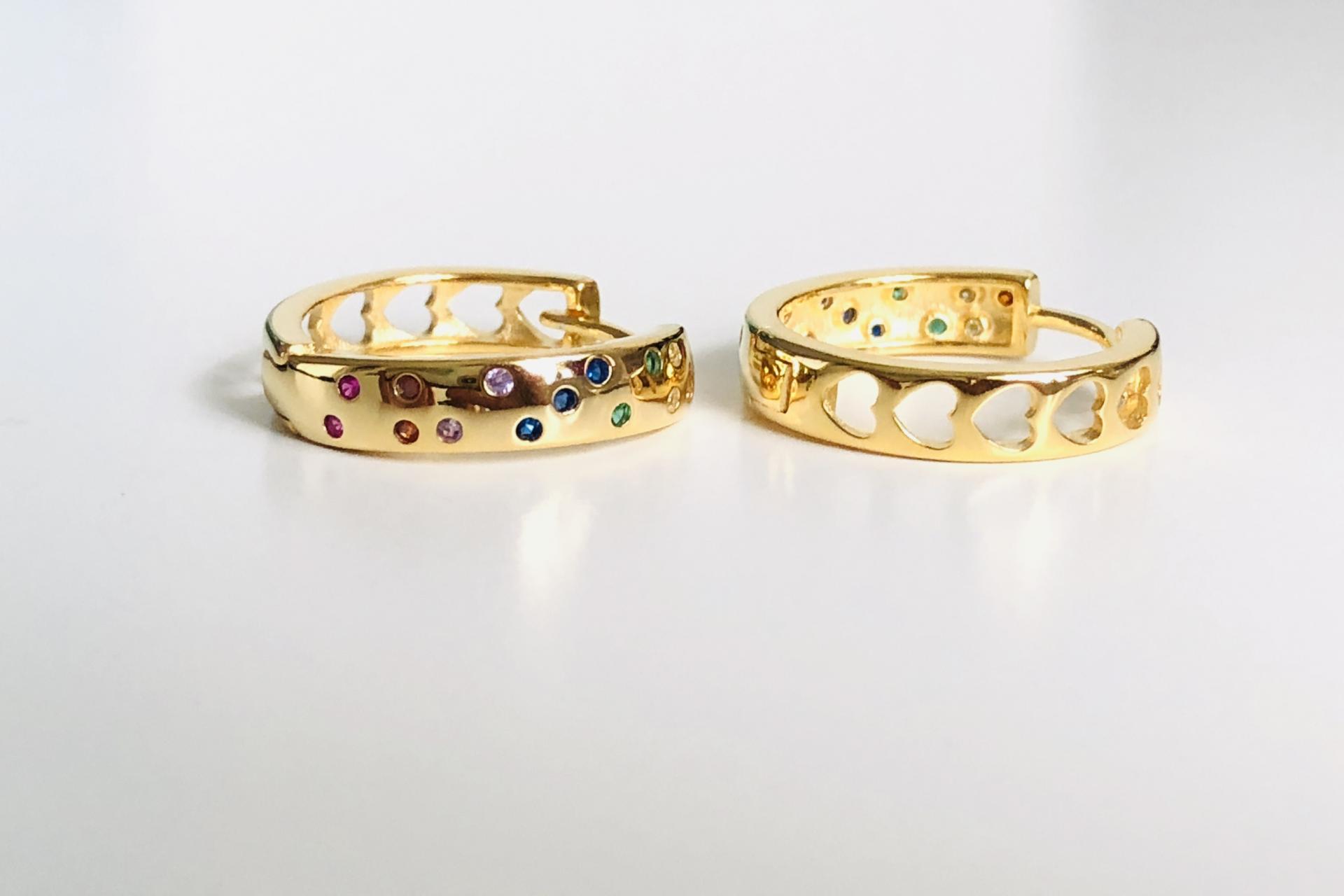 Aros de plata y baño de oro con circonitas de colores y corazones calados