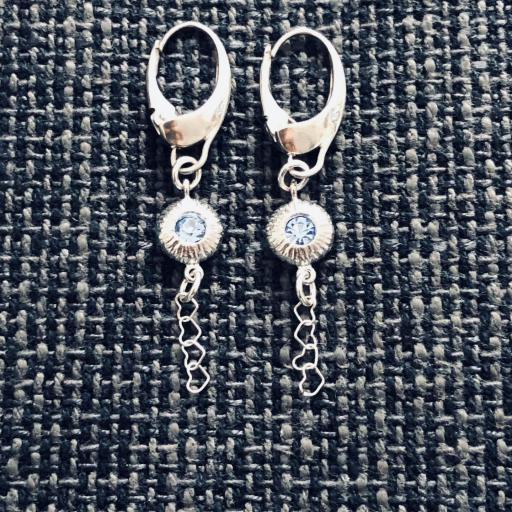 Pendientes de plata con pieza texturada , circonita azul y  cadena de corazones