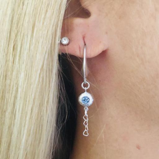 Pendientes de plata con pieza texturada , circonita azul y  cadena de corazones [2]