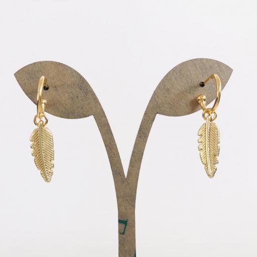 Pendiente aro  dorado con pluma colgante