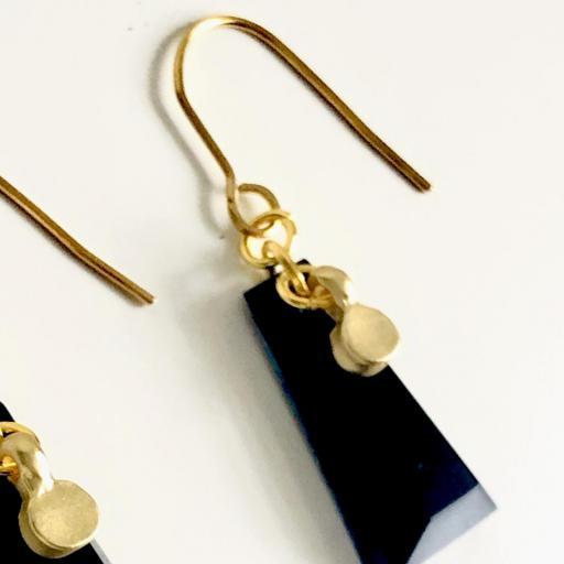 Pendientes dorados geométricos de resina negra  [2]